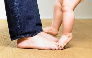 Во сколько малыши начинают ходить самостоятельно и когда нужно учить ребёнка ходить