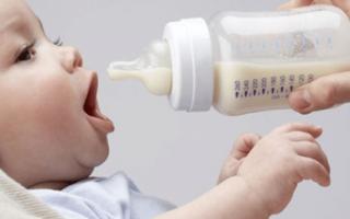 Почему ребенок срыгивает после кормления грудным молоком: причины и когда следует беспокоиться