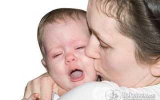 Почему ребенок плачет во время кормления и что делать