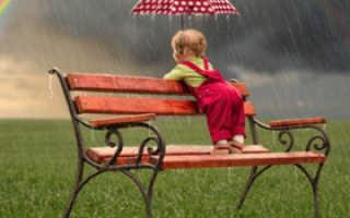 Можно ли с грудничком гулять в дождь и влияние прогулки на самочувствие грудничка