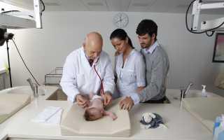 К какому врачу обращаться с кривошеей грудничка, причины появления у новорожденного и какие есть методы лечения кривошеи у ребенка