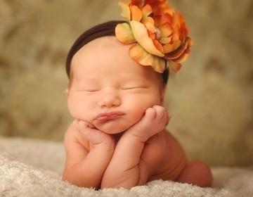 В каком возрасте малыш начинает держать голову или когда ребенок начинает держать голову