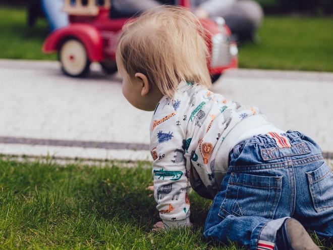 Во сколько месяцев ребенок начинает сидеть (мальчики и девочки) и что следует знать