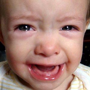 Какие симптомы при прорезывании зубов у грудничков и при прорезывании коренных зубов у детей