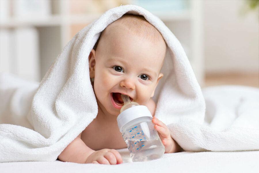 С какого возраста грудничку можно давать воду или давать ли воду грудничку, зачем давать воду грудничкам и сколько воды нужно давать грудничку в день